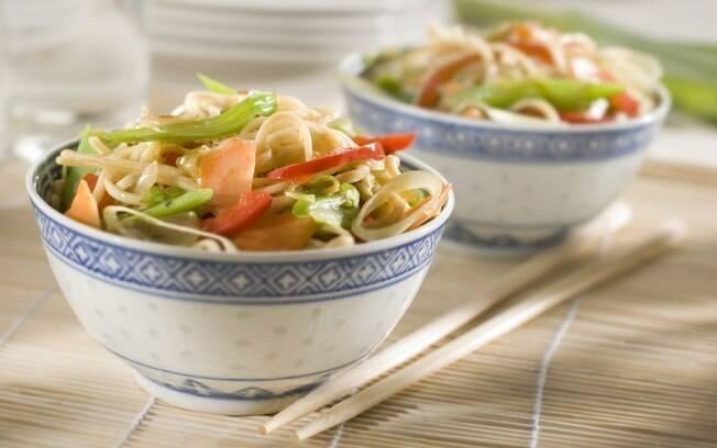 Chop suey e yakissoba são receitas similares de macarrão com legumes