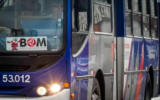 Dirigir veículo realizando cobrança de tarifa com veículo em movimento | Infração média, 4 pontos na carteira e multa de R$85,13