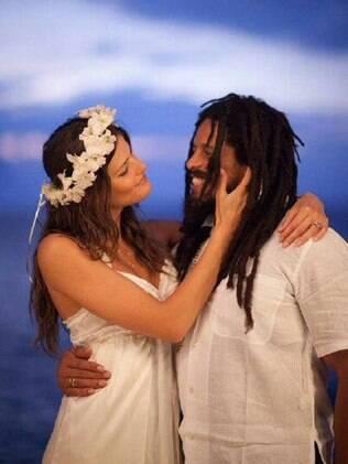 Com uma tiara de flores, Isabeli Fontana apareceu vestida de branco ao lado do noivo e um