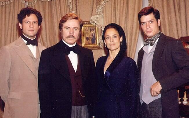 O Barão Sobral (Reginaldo Faria) com a esposa (Sônia Braga) e os filhos (Selton Mello e Fábio Assunção) em
