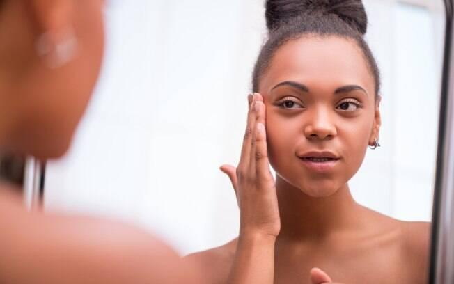 A esfoliação é o segundo passo para evitar ter a pele oleosa no verão, porque ajuda na limpeza e renovação das células