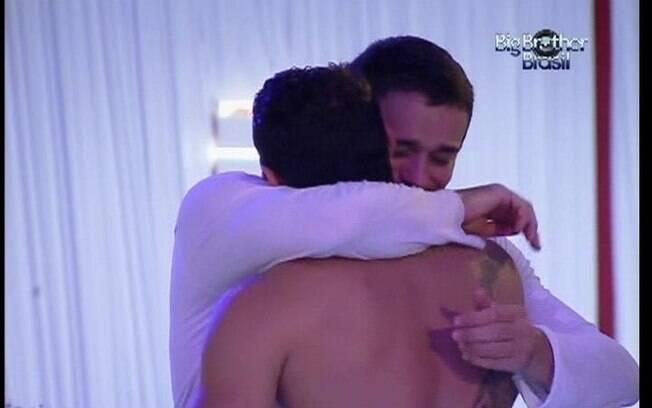 Rafa demonstra estar em clima de despedida e, emocionado, abraça Yuri