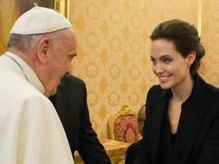 Angelina Jolie recebeu a saudação do Papa e Francisco a presenteou com um rosário