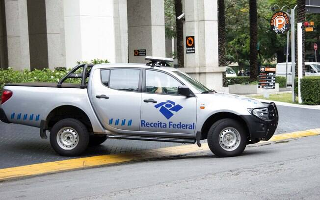 Viatura da Receita Federal deixa prédio da construtora Camargo Correia durante operação Lava Jato, em 14 de novembro. Foto: Futura Press