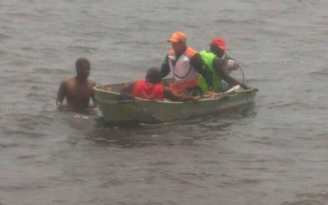 Homem foi alcançado pelos policiais com a ajuda de um pequeno barco