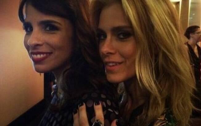 Amigas de longa data, as atrizes Maria Ribeiro e Carolina Dieckmann deram beijão em protesto contra a homofobia
