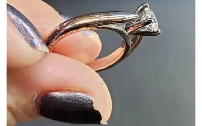 Mulher recusa pedido de casamento após descobrir origem do anel de noivado