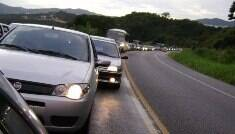 Dirigir em rodovias sem farol baixo vai dar multa e pontos