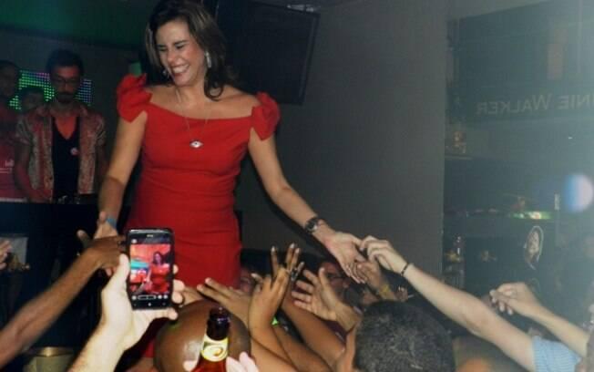 Simpática, Narcisa Tamborindeguy interagiu com o público de uma balada GLS, em Salvador, Bahia
