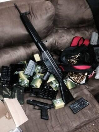 Armas e celulares foram apreendidos na ação