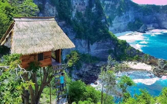 A hospedagem nesta casa na árvore em Bali, ilha na Indonésia, custa menos de R$ 150 por noite e tem vista pro oceano