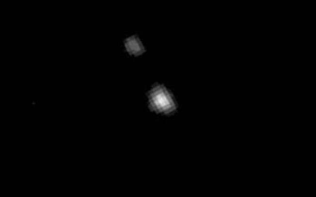Plutão e a lua são apenas manchas brancas registradas pela sonda a 200 milhões de km