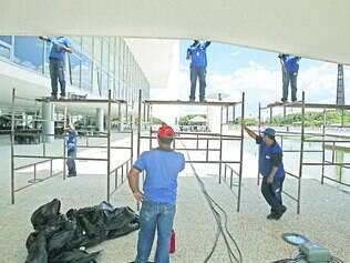 Preparativos. Funcionários fazem manutenção na rampa externa do Palácio do Planalto para a posse da presidenta Dilma Rousseff