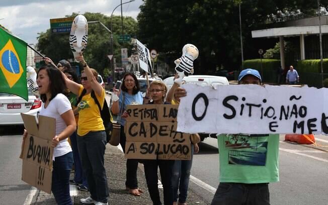 Do lado de fora do aeroporto, manifestantes também protestam contra o ex-presidente. Foto: Renato S. Cerqueira/Futura Press - 04.03.16