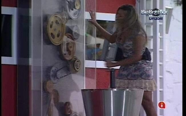Fabiana fica nostálgica ao rodar pela última vez a manivela