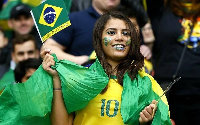 Brasileira faz festa para a partida amistosa entre Brasil e Chile. Foto: AP Photo/Kirsty Wigglesworth