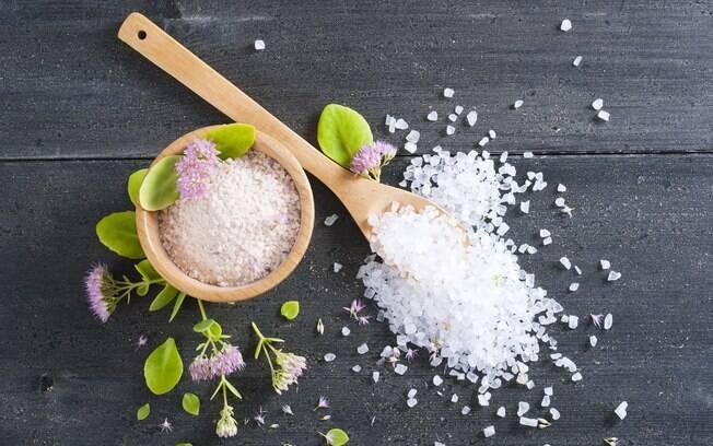 Preparar um banho de sal grosso pode ajudar a renovar as energias para o novo ano