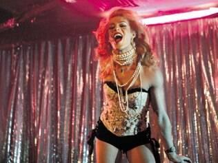 Madonna cai de escada durante show no Brit Awards