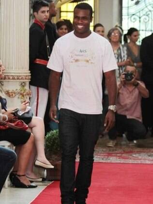 Rafael Zulu desfila no Fashion Kids 2012