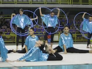 Um dos grupos mostrou muita habilidade em performance com arcos no ginásio poliesportivo