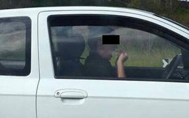 Australiana foi vista limpando os dentes com fio dental enquanto dirigia a 100 km/h