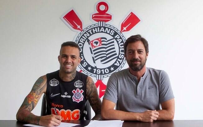 Luan assinou contrato ao lado do diretor de futebol, Duilio Monteiro Alves