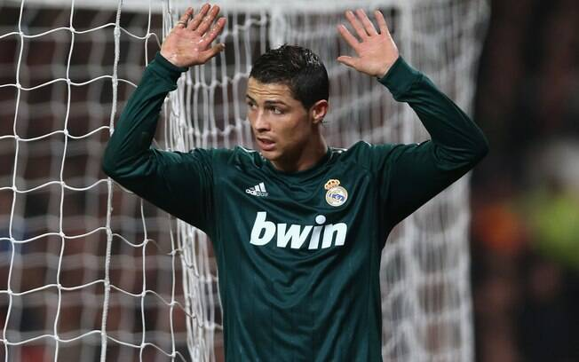 Cristiano Ronaldo marcou gol na vitória do  Real Madrid, que levou a melhor sobre o United e  se classificou na Liga dos Campeões, mas não  comemorou
