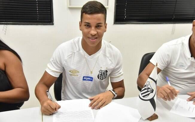 Aos 16 anos, Kaio Jorge assinou seu primeiro contrato com o Santos e multa é fixada em 50 milhões de euros