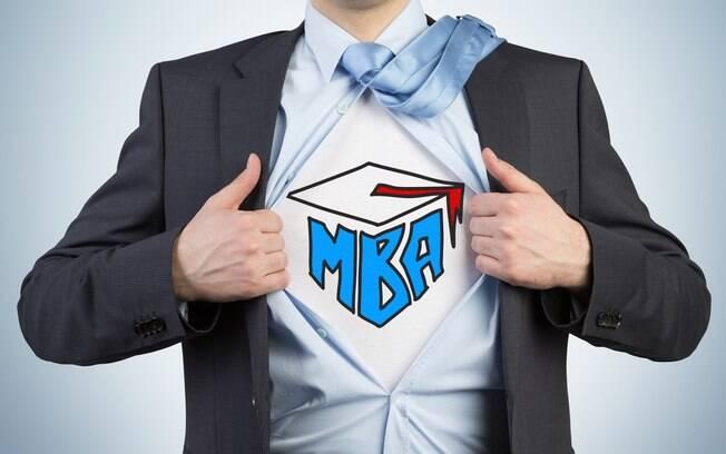 Fazer um curso de MBA pode alavancar a carreira profissional devido a melhora no currículo