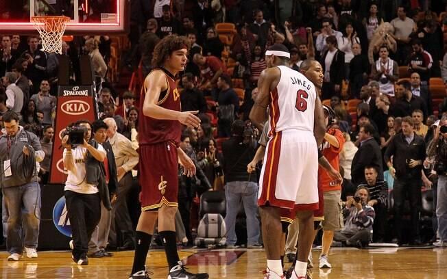 Antes companheiros, Anderson Varejão e LeBron  James se cumprimentam em jogo do Cavs contra o  Miami Heat