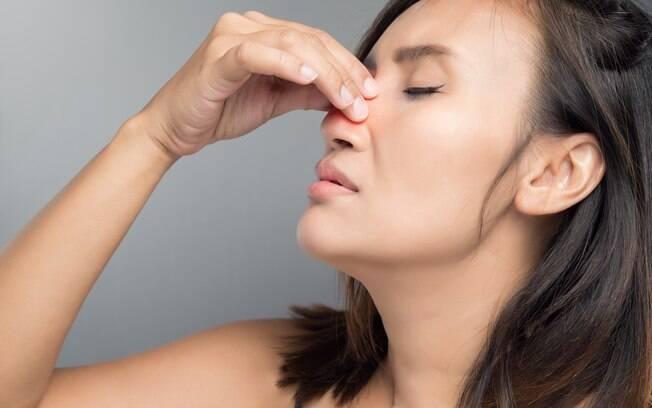 Sofre com o nariz entupido constantemente? Saiba como realizar corretamente a limpeza nasal com soro fisiológico
