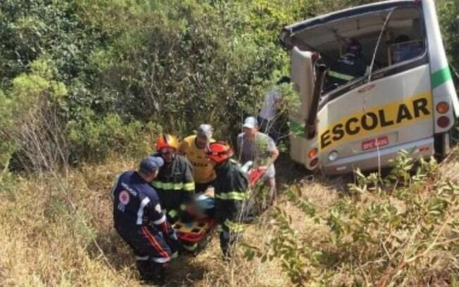 Acidente em rodovia em Itapeva (SP) ocorreu quando ônibus escolar levava alunos para a aula