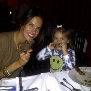 Alessandra Ambrosio com a Anja numa churrascaria na Califórnia: