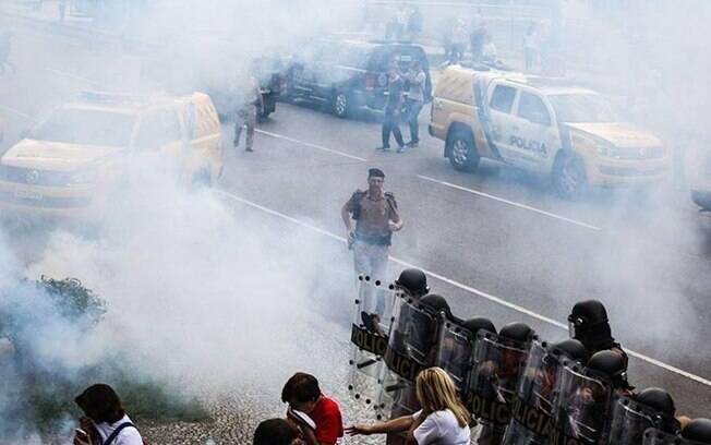 PM usou bombas de gás lacrimogênio durante protesto de professores do Paraná (28.4.2015). Foto: Divulgação/APP