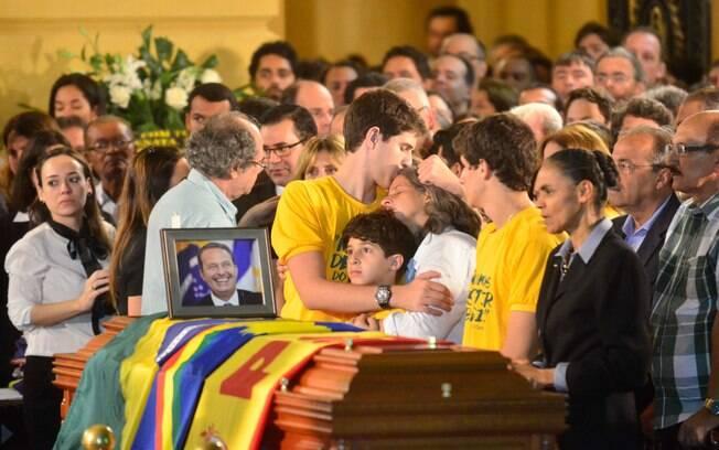 Filhos de Eduardo Campos confortam a mãe, Renata, no velório do político, em agosto passado