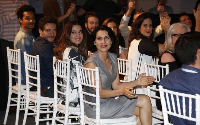 Cássia Kis Magro comemora estreia de 'O Rebu' com colegas de elenco