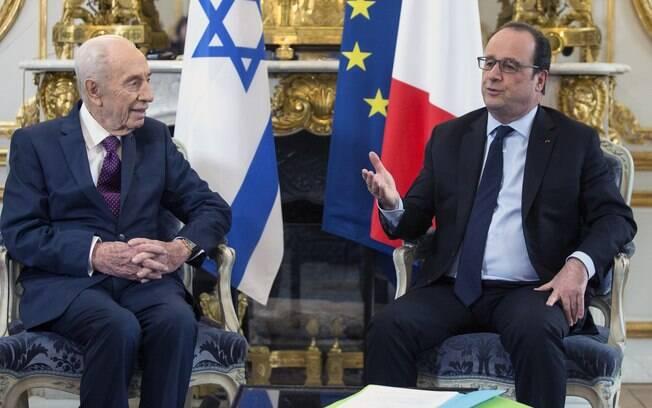 O ex-presidente israelense Shimon Perez ao lado de François Hollande na sede do governo francês