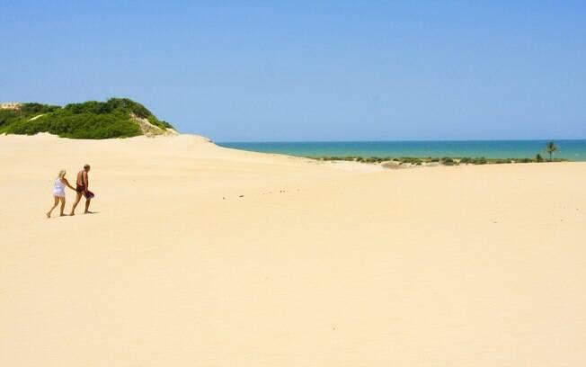 O caminho das dunas de Itaúnas para a praia preservada
