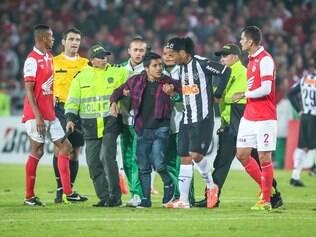 No final da partida, um torcedor invadiu o campo para abraçar o camisa 10 alvinegro