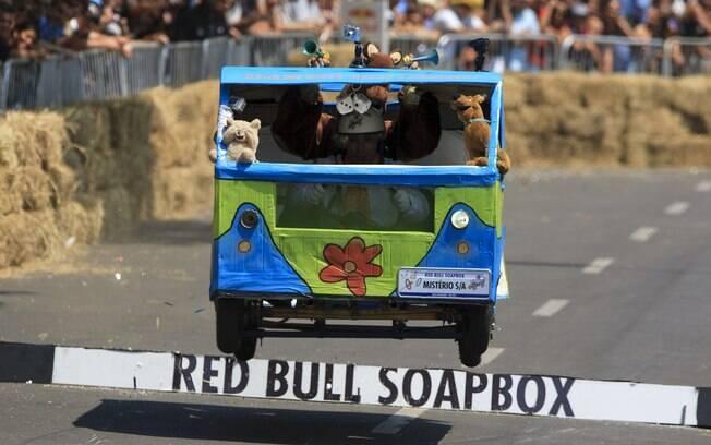 Carro que homenageia personagens de desenhos participa do Red Bull Soapbox