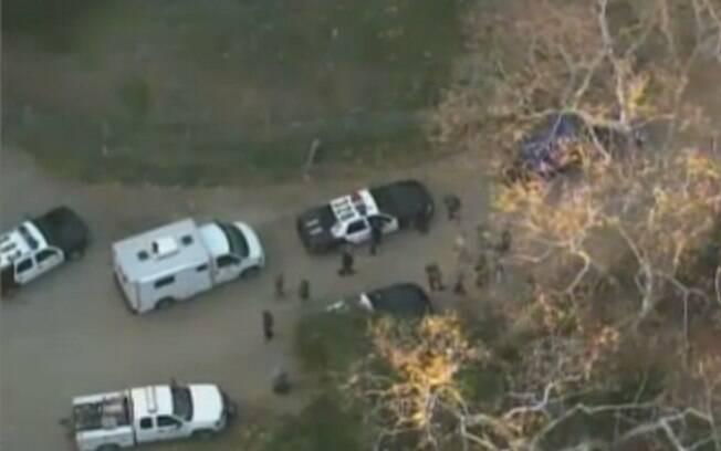 Mais de cem investigadores vasculham o local em busca de pistas sobre o assassinato