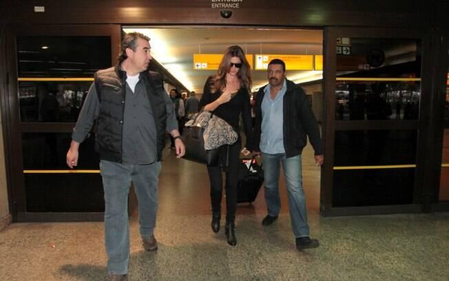 Gisele Bündchen desembarcou sozinha e percorreu o saguão do aeroporto cercada por seguranças