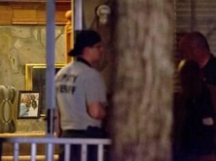 Policiais na casa onde ocorreu o tiroteio