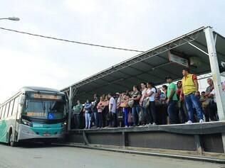 Precário.  Passageiros reclamam da situação improvisada do terminal do Move Metropolitano em Justinópolis, Ribeirão das Neves