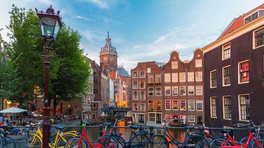 Amsterdam pode ser acessado de trem ou avião