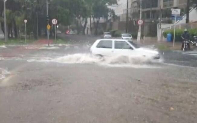 Chuva rpida em Campinas alaga ruas e derruba muro