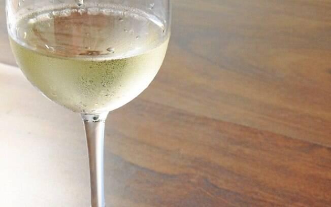 Vinho branco deve ser servido gelado