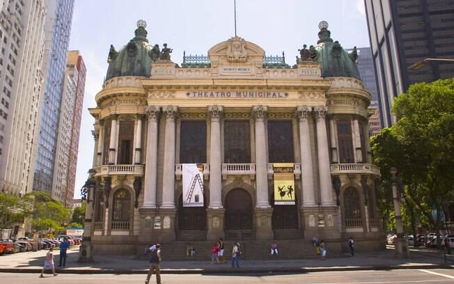 Após cem anos, teatro continua reluzente