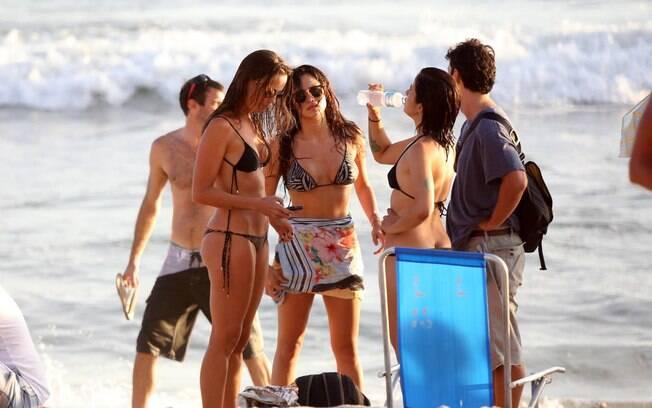Nanda Costa curte fim de tarde na praia com os amigos