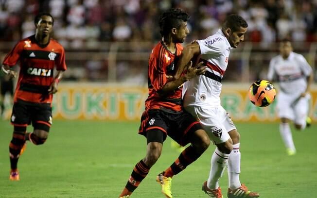 Douglas é marcado por Léo Moura em ataque do São Paulo